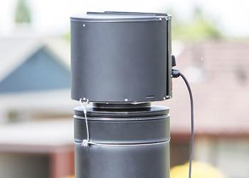 Draftbooster i sort monteret på metalskorsten