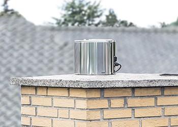 Draftbooster i stål monteret på murstensskorsten